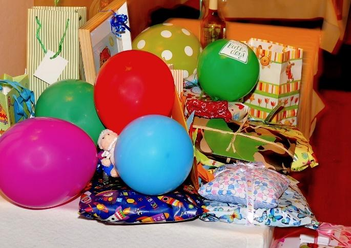 party theme ideas with ballons and gifts