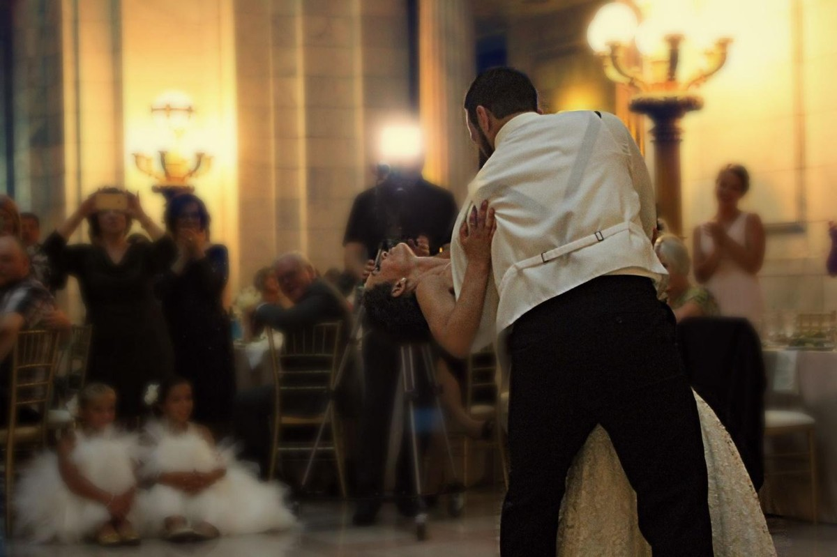 9 tips on how to keep the dance floor packed all night long during a wedding